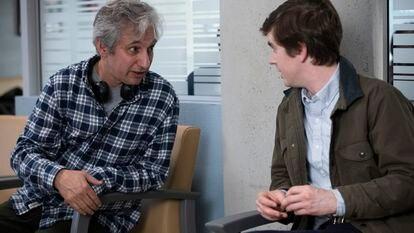 El guionista y productor David Shore y el actor Freddie Highmore, durante el rodaje de la segunda temporada de 'The Good Doctor'.
