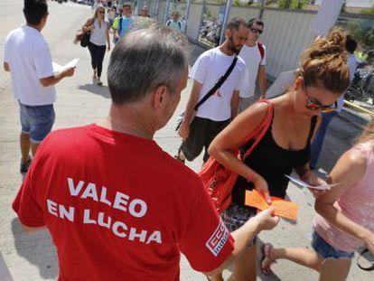 Trabajadores de Valeo reparten octavillas el pasado septiembre.