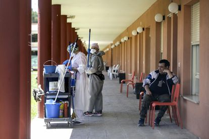 Dos trabajadoras y un residente del centro de mayores de la Fundación Elder en Tomelloso (Ciudad Real).