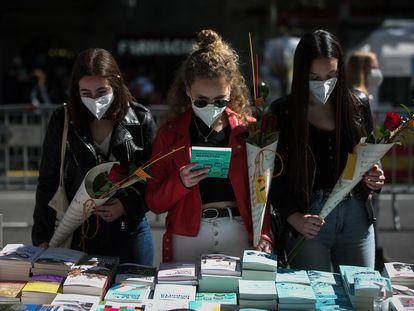 Una parada de libros en Paseo de Gràcia en Sant Jordi 2021.