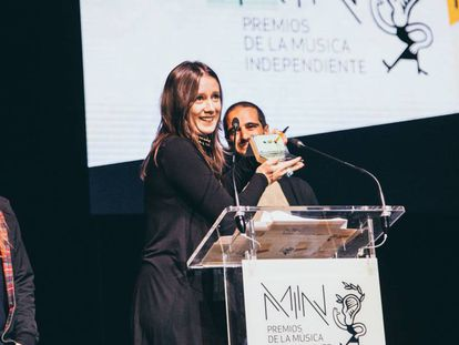 Nina de Morgan sostiene uno de los galardones en la gala de los Premios MIN anoche en el Circo Price de Madrid.