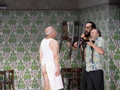 El cocinero Falstaff (Christopher Purves) con sus dos secuaces, Pistola (Antonio di Matteo y Bardolfo (Rodolphe Briand).