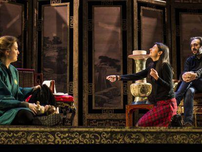 Bárbar Lluch (a la derecha) dirige a los actores de 'Le cinesi' en un ensayo.