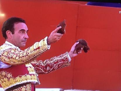 Enrique Ponce, con las dos orejas de su segundo toro.