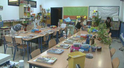 Limpieza en un colegio de Fuengirola (Málaga) de cara al comienzo del curso.