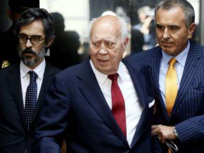 Álvaro Lapuerta con su hijo y su abogado.