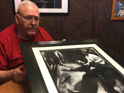 Boris Yaro muestra la foto que le hizo a Kennedy agonizando, la semana pasada en su casa de Los Ángeles.