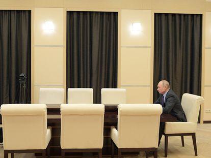 Vladímir Putin durante una conferencia virtual con su gabinete de seguridad en su residencia de Novo-Ogaryovo, este viernes.