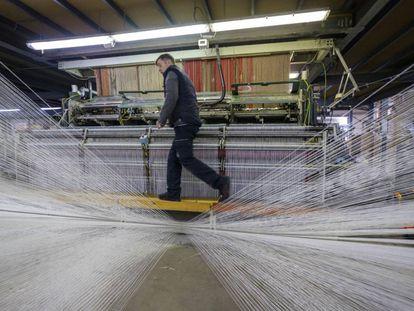 Un operario en uno de los telares de Imperial Carpets, en Crevillent.