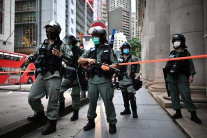 Policías antidisturbios patrullan el distrito Central de Hong Kong el pasado día 9.