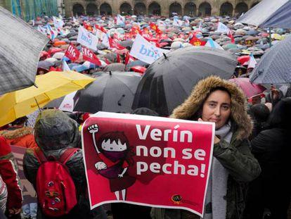 En foto, manifestación en defensa de la sanidad pública gallega, este domingo, en Santiago. En vídeo, protestas por los recortes sanitarios en Galicia y Castilla y León.
