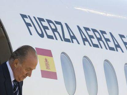 Don Juan Carlos sale de un airbus.