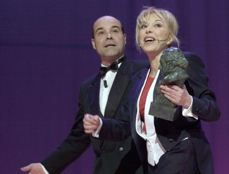 La actriz Rosa Maria Sardà abandona el escenario junto al actor Antonio Resines tras entregarle el Goya a la Mejor Interpretación Femenina de Reparto por su interpretación en 'Sin vergüenza', en el 2002.