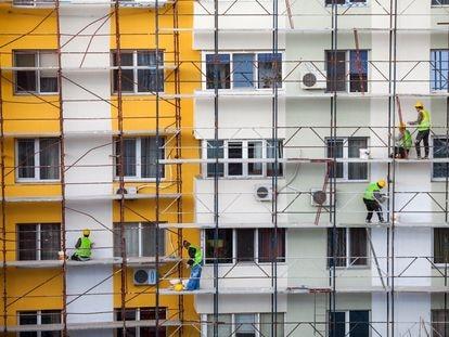 Obras de rehabilitación en la fachada de un edificio, en una imagen de archivo.