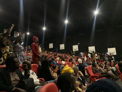 Algunos espectadores del cine Canal Olympia en Senegal.