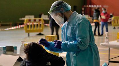 Realización de test de coronavirus en Salvatierra (Álava) en enero.