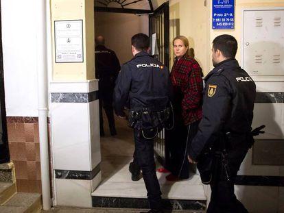 Varios policías acceden al edificio de la localidad malagueña de Fuengirola, donde una mujer de 47 años ha fallecido al ser apuñalada presuntamente por su pareja de 50 años.