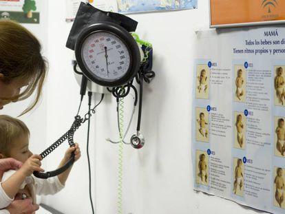 Consulta de pediatria en un centro de atencion primaria de Sevilla.