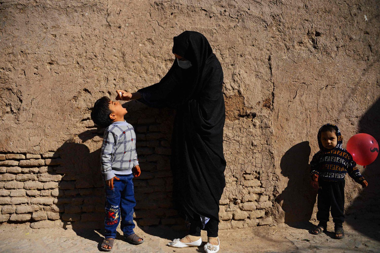 Una sanitaria proporciona una de las vacunas contra la polio en Herat, Afganistán.