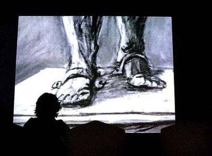 Proyección de una película del artista surafricano William Kentridge que puede verse en la exposición.