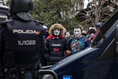 Policías convocados por Jupol se manifiestan de paisano y con máscaras de Anonymus frente al Congreso, el 3 de marzo de 2020.