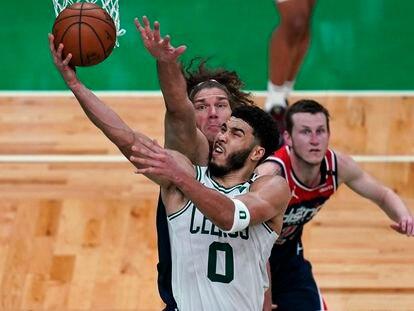 Jayson Tatum lanza pese a la oposición de Robin Lopez, en el partido Celtics-Wizards..