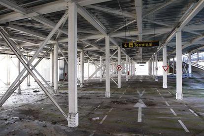 El aparcamiento del aeropuerto Girona-Costa Brava, en desuso.