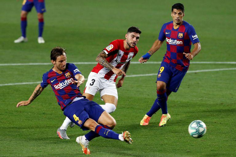 Rakitic, en el momento de marcar al Athletic.
