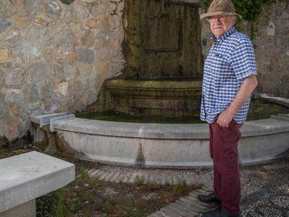 Gibson, el 24 de junio en Alfacar (Granada), junto a la fuente donde en 1986 unos operarios enterraron unos restos tras unas obras en el parque.