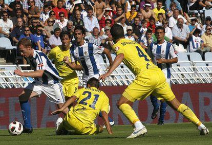 Zurutuza se escapa del marcaje de dos jugadores del Villarreal.