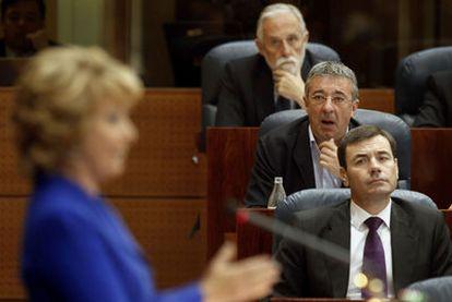 Tomás Gómez, Gregorio Gordo y Luis de Velasco (detrás), durante el debate.