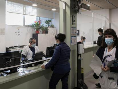 El mostrador de un centro de salud de Barcelona, en una imagen del pasado noviembre.
