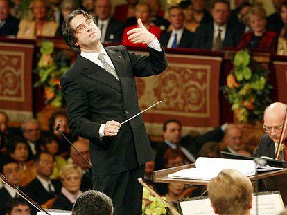 Riccardo Muti dirige la Filarmónica de Viena en el concierto de año nuevo de 2004.