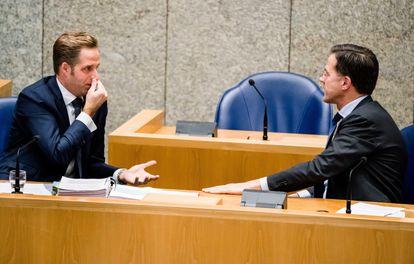 El primer ministro holandés, Mark Rutte (der.), y el ministro de Sanidad y Deportes holandés, Hugo de Jonge, este miércoles.