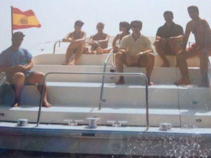 Dorado, bajo la bandera de España, y Feijóo, tercero por la derecha, en el Oratus en 1997.