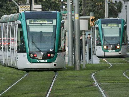 El tranvía a su paso por la avenida Diagonal de Barcelona.
