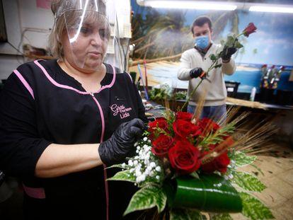Preparativos de Sant Jordi en la floristería Gras de Terrassa.
