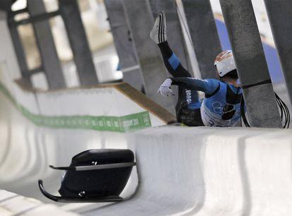 El georgiano Nodar Kumaritashvili falleció ayer tras salir de la pista de luge, durante los entrenamientos para los Juegos Olímpicos de Invierno de Vancouver (Canadá). El piloto, de 21 años, perdió el control del trineo, en que los deportistas van tumbados boca arriba, y se estrelló contra uno de los postes metálicos no protegidos del circuito de Whistler, considerado el más rápido del mundo. El piloto circulaba a una velocidad cercana a los 145 kilómetros por hora.