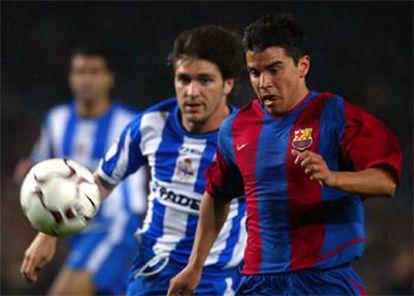 Saviola persigue un balón largo seguido de Héctor durante el partido de ayer