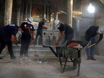 El grupo de voluntarios, en tareas de limpieza de la iglesia de Santo Tomás de Mosul (Irak).