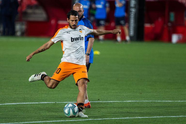 Dani Parejo calienta antes de un partido del Valencia.