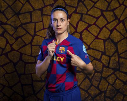 Alexia Putellas posa con la camiseta del Barcelona.