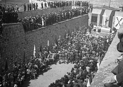 Misa en el foso de Santa Elena en el Castillo de Montjuïc, tras la guerra.
