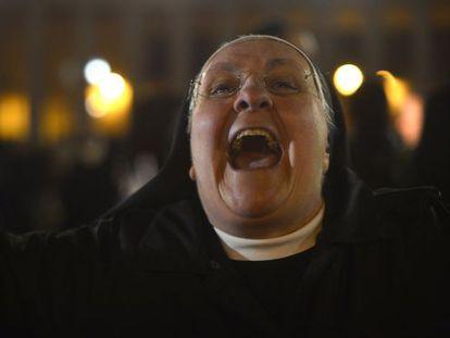 Una monja reacciona al anuncio de que Bergoglio es el nuevo papa.