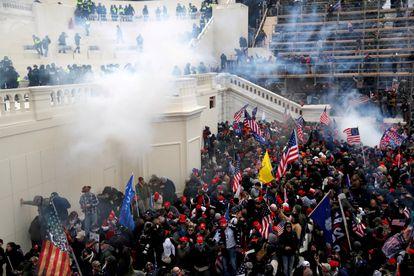 Agentes de la policía echan gases lacrimógenos para dispersar a la turba de simpatizantes de Trump durante el asalto al Capitolio.