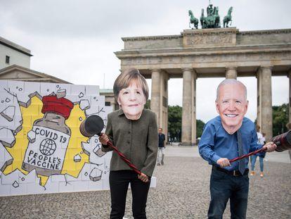 Activistas de Avaaz con máscaras de Merkel y Biden protestan este miércoles en Berlín para pedir la liberación de las patentes de las vacunas contra el coronavirus antes de la visita de la canciller a Washington el jueves.
