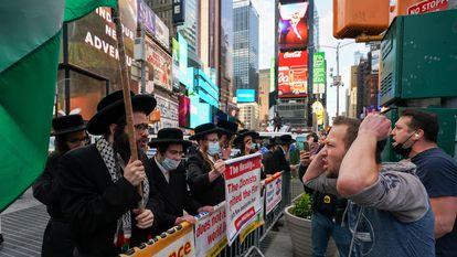 Judíos ultraortodoxos propalestinos se enfrentan a otros partidarios de Israel en Nueva York, el pasado 12 de mayo.