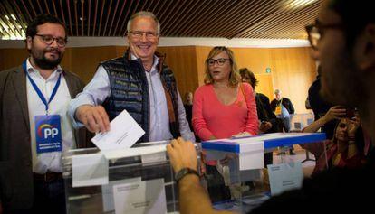 El candidato del PP a la alcaldía de Barcelona, Josep Bou, votando el día de las elecciones.