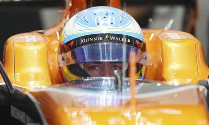 Fernando Alonso espera en su coche la clasificación.