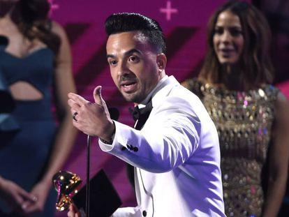 Luis Fonsi recoge el premio a la grabación del año por Despacito, el jueves en Las Vegas.